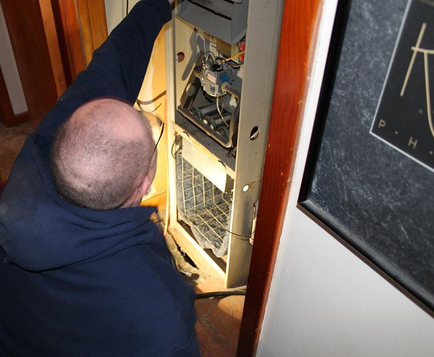 Fenix heating technician replacing an old Lennox furnace in a Wichita home
